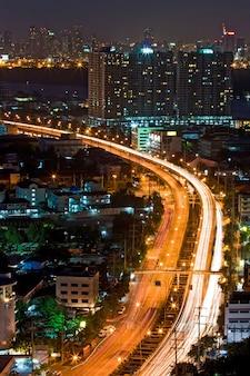 Bangkok-landstraßen-draufsicht an der dämmerung in bangkok, thailand