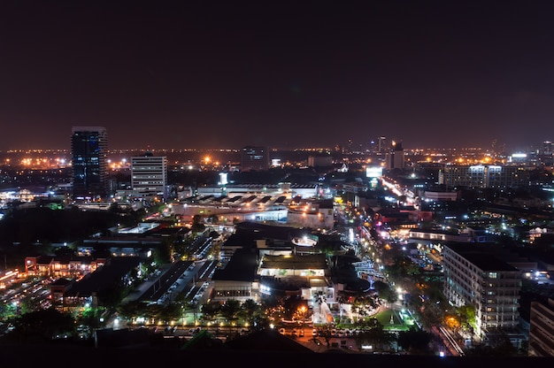 Bangkok-nachtansicht mit wolkenkratzer im geschäftsgebiet, bangkok thailand
