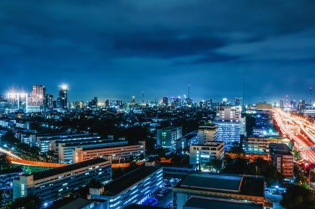 Bangkok-nachtansicht mit wolkenkratzer im geschäftsgebiet in bangkok thailand