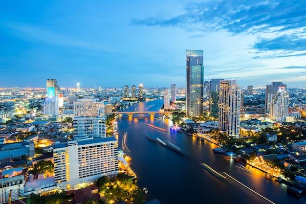 Bangkok skyline in der abenddämmerung