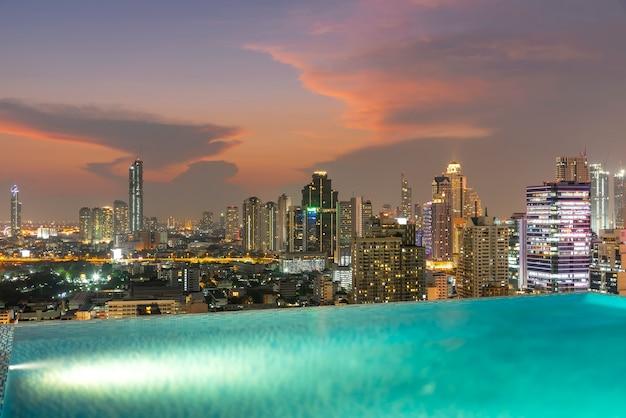 Bangkok stadt bei sonnenuntergang mit pool im vordergrund. nach thailand reisen.