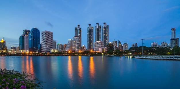 Bangkok-stadt im stadtzentrum gelegen in der dämmerung mit reflexion der skyline