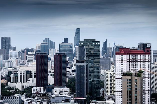 Bangkok stadt mit hochhausgebäude in der innenstadt am düsteren tag in thailand