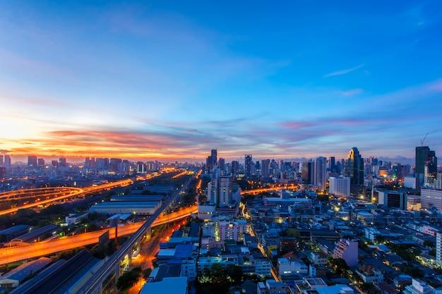 Bangkok-stadtbild, geschäftsgebiet mit hohem gebäude zur sonnenaufgangzeit, bangkok, thailand