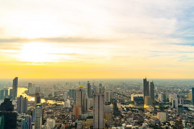 Bangkok-stadtbild mit schönem äußerem des gebäudes und des architecturein in thailand