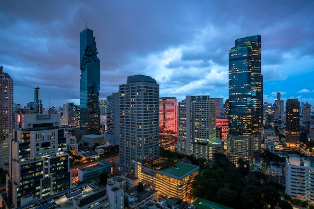 Bangkok stadtskyline am zwielichthimmel