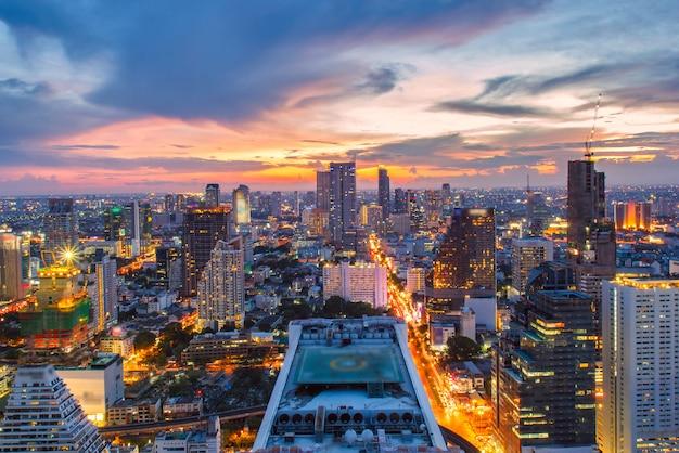 Bangkok-stadtskylinevogelperspektive bei sonnenuntergang mit bunten wolken und wolkenkratzern von midtown bangkok.