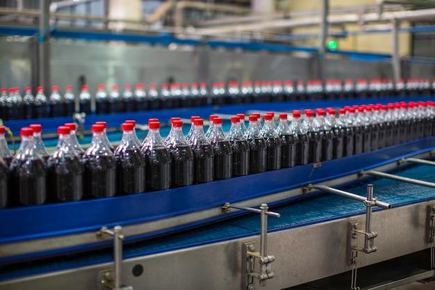 Bangkok thailand - 10. juni 2020 interieur der getränkefabrik. förderer, der mit flaschen für kohlensäurehaltiges wasser fließt.