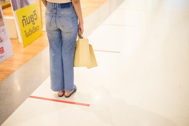 Bangkok, thailand. soziale distanzierungsmaßnahme zur covid-19-prävention im einkaufszentrum