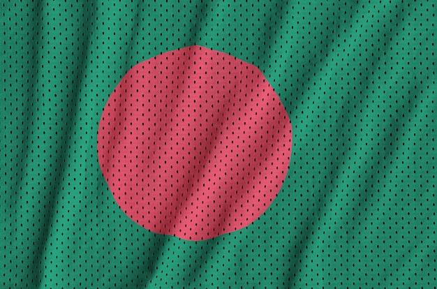 Bangladesch-flagge auf einem sportswear-netzgewebe aus polyester-nylon gedruckt