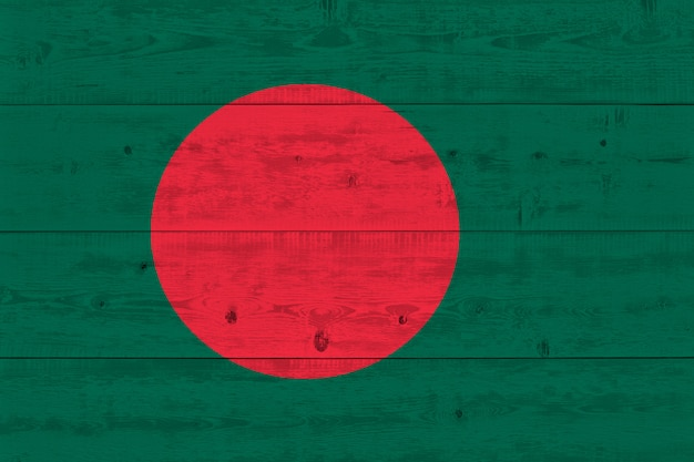Bangladesch flagge gemalt auf alten holzplanke
