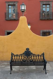 Bank auf straße entlang gebäude, zona centro, san miguel de allende, guanajuato, mexiko