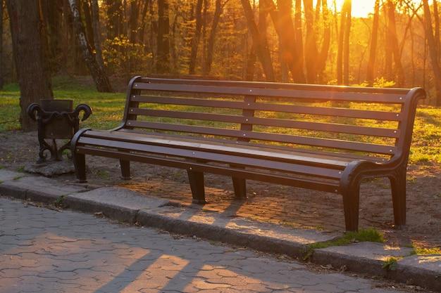 Bank im park während des sonnenuntergangs