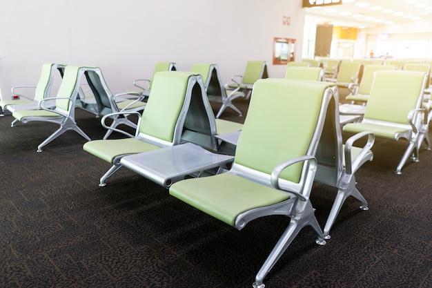 Bank im terminal des flughafens. wartebereich des leeren flughafenterminals mit stühlen.