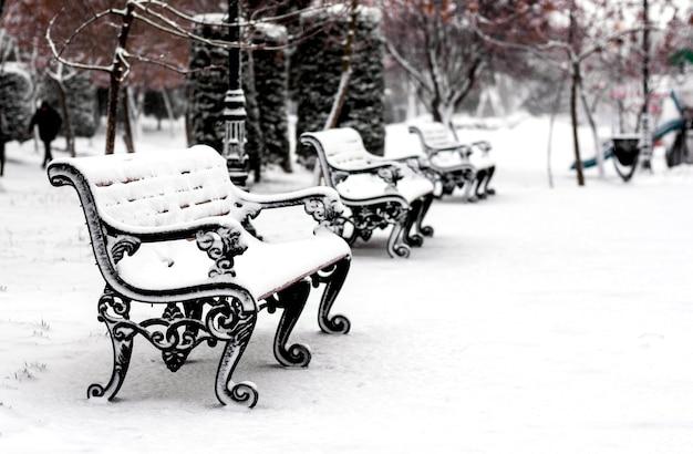 Bank im verschneiten winterpark