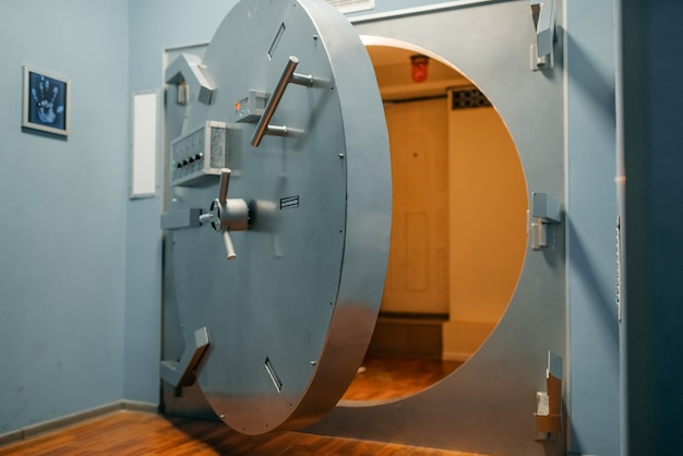 Bank sicherheitssystem, geöffnete tresortür, sicherheit und zuverlässiger schutz, niemand. aufbewahrungseingang, sicheres und komplexes schloss
