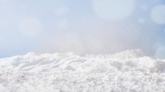 Bank von schnee und schneeflocken
