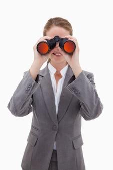Bankangestellter, der durch ferngläser schaut