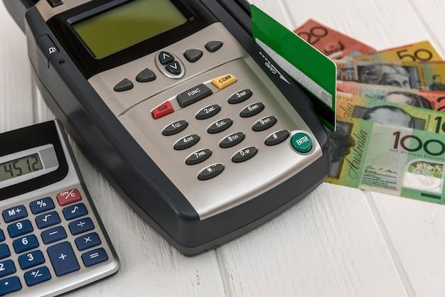 Bankenterminal mit kreditkarte und australischen dollar
