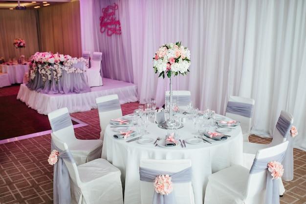 Bankettsaal für hochzeiten, bankettsaaldekoration, stimmungsvolle dekoration