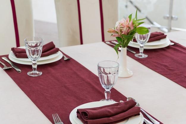 Banketttisch in einem luxuriösen restaurant im rot-weißen stil servieren