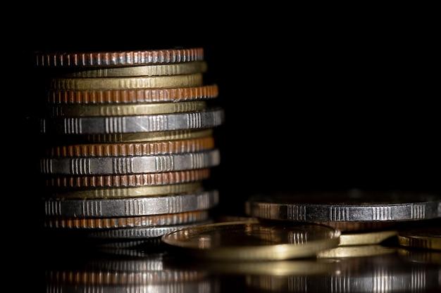 Banking und geldhandel. münzen in verschiedenen kombinationen gestapelt.
