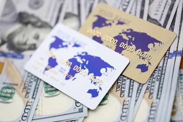 Bankkarten, die auf stapel der us-währung liegen