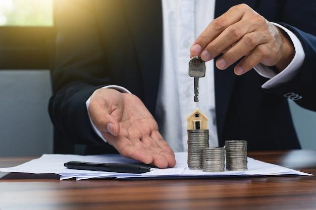 Bankmanager genehmigen haus- und wohnkredite für kunden.