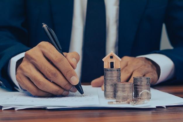 Bankmanager unterzeichnen, die zahlungen für haus- und wohnungsbaudarlehen für kunden genehmigen.