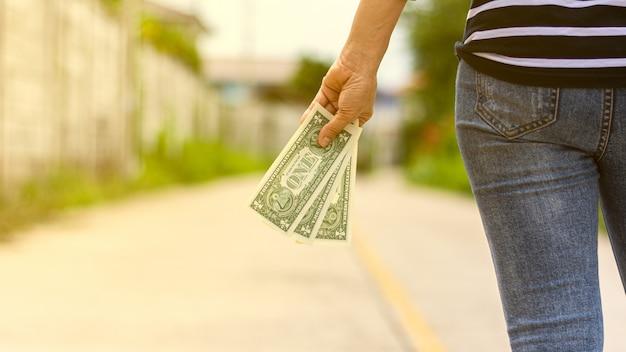 Banknote in der hand einer frau halten
