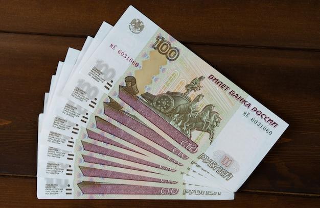 Banknoten befinden sich auf einem hölzernen hintergrund.