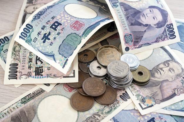 Banknoten der japanischen yen und münzen der japanischen yen für geldkonzept
