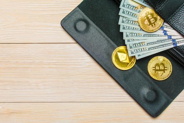 Banknoten hundert dollar, die aus der schwarzen ledertasche des mannes herausragen