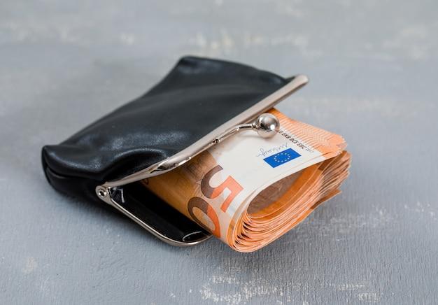 Banknoten in geldbörse auf gips tisch.