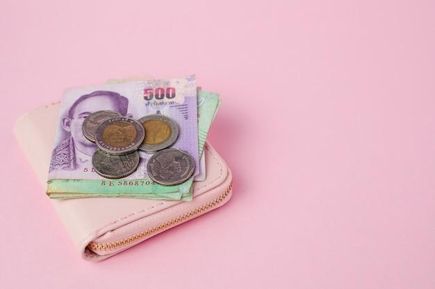 Banknoten- und geldmünzen in thailändischer währung mit geldbörse für geschäfts-, finanz-, investitions- und sparkonzept