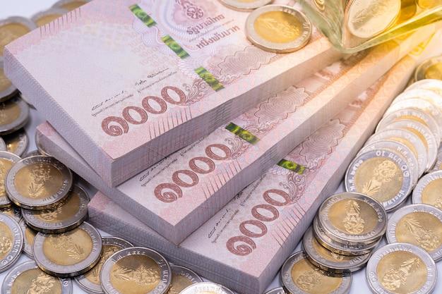 Banknoten und münzen des thailändischen baht