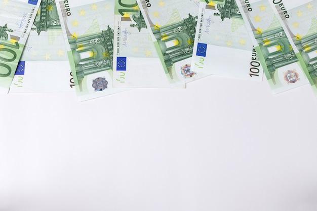 Banknoten von 100 euro auf grauem hintergrund. hintergrund. finanzen