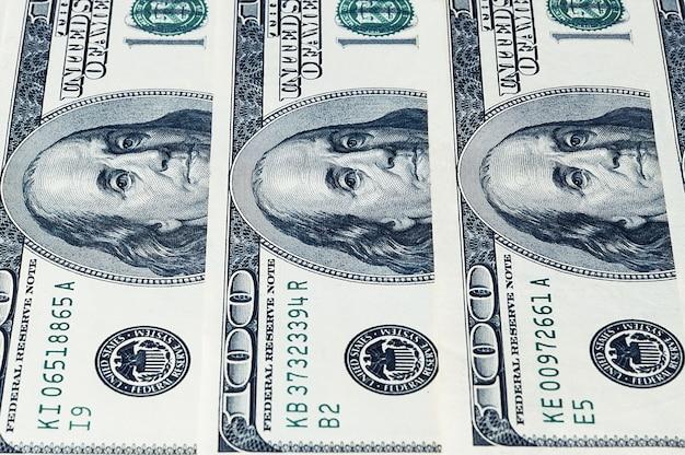 Banknoten von dollar sind in einer reihe gestapelt, hintergrund.