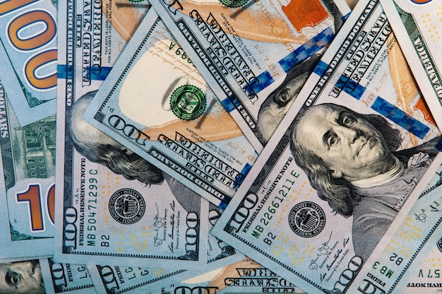Banknoten von einhundert us-dollar sind verstreut