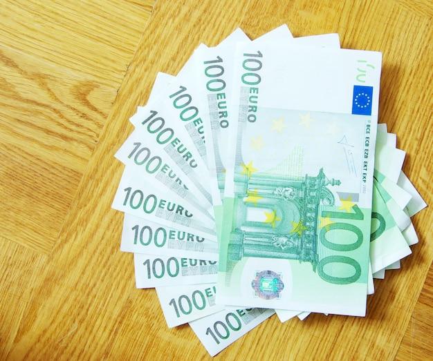 Banknoten von euro auf einem holztisch