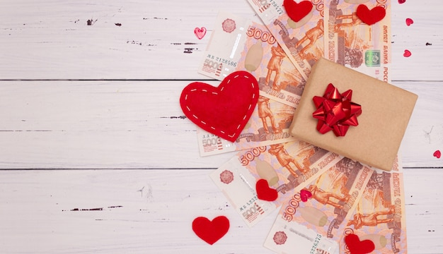 Banknoten von fünftausend russischen rubeln, geschenkbox und herzen