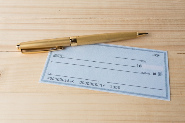 Bankscheck mit lupe