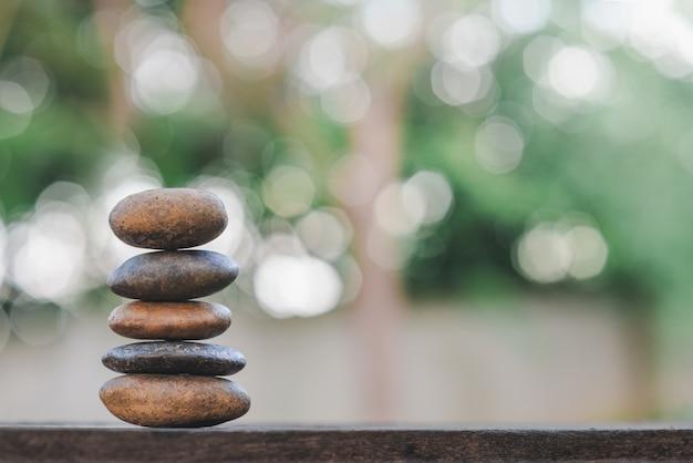 Banlance steine mit badekurort auf bokeh naturhintergrund