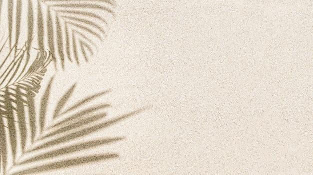 Banner des palmblattschattens auf sand, draufsicht, kopienraum