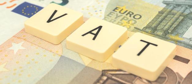 Banner europäische mehrwertsteuererklärung und einkommen, mehrwertsteuerwort oder -text und euro-geldbanknotenhintergrund. finanzielles und wirtschaftliches geschäftsfoto