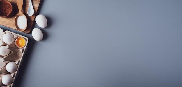 Banner, flat lay komposition, zutaten zum backen von keksen auf grauem hintergrund, kopierraum.