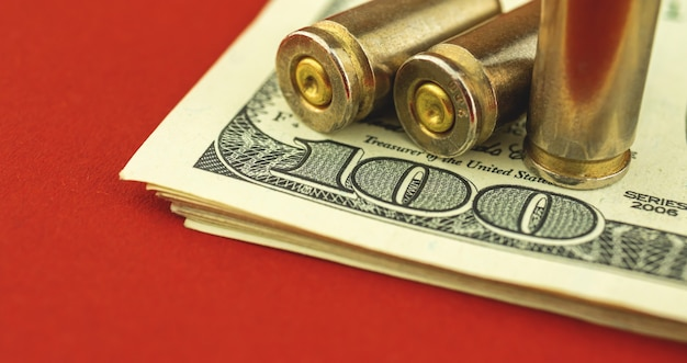 Banner illegal von munitionshandel, waffenverkauf, konzept der terrorismusfinanzierung, ud-dollar-schein und kugel im hintergrund