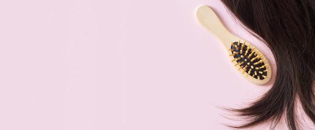 Banner mit brünettem glattem haar und kammbürste draufsicht