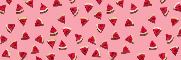Banner mit frischen wassermelonenscheiben auf rosafarbenem hintergrund, harte schatten der sonne. minimales konzept von reisen und urlaub mit kopienraum