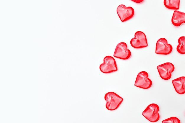 Banner: rote herzen oben. valentinstag konzept. auf einem weißen hintergrund isoliert. speicherplatz kopieren